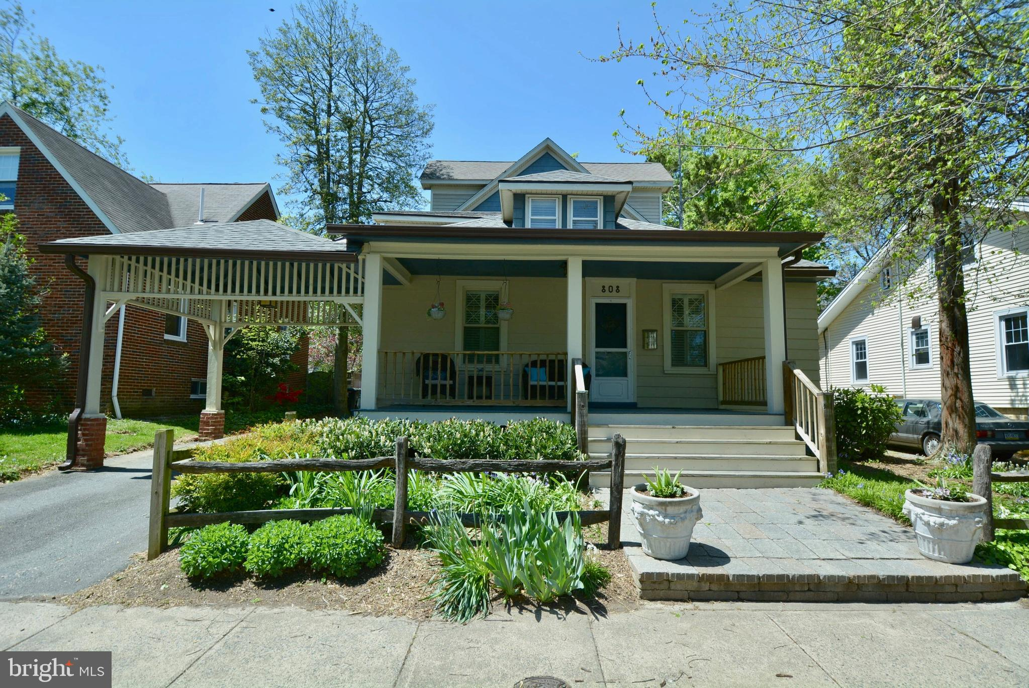 An amazing opportunity to own in an unbeatable location in N. Arlington in the heart of Clarendon/Vi