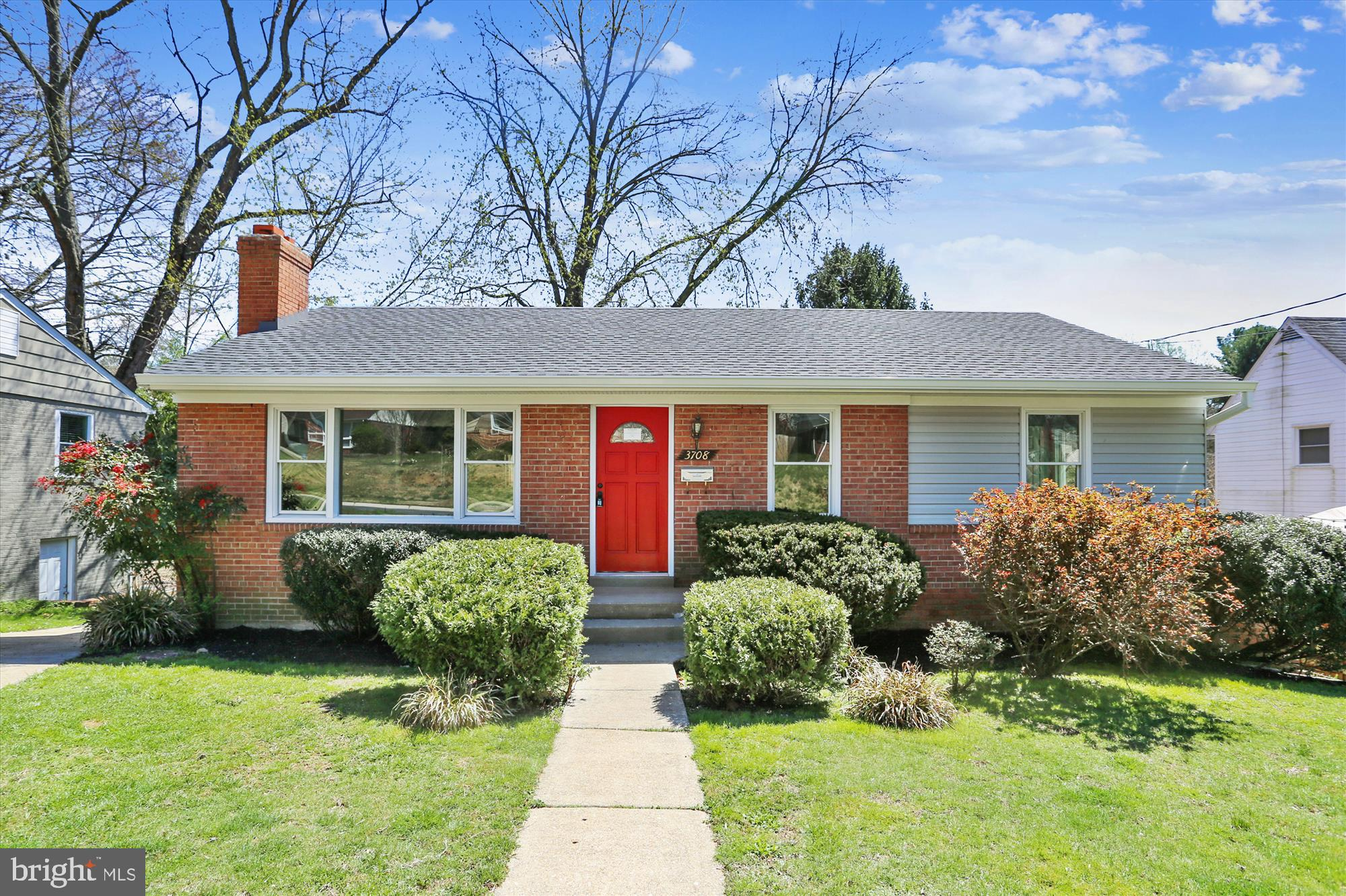 Great Single Family Home, located in the great Kensington Knolls Community.  With newer Windows and