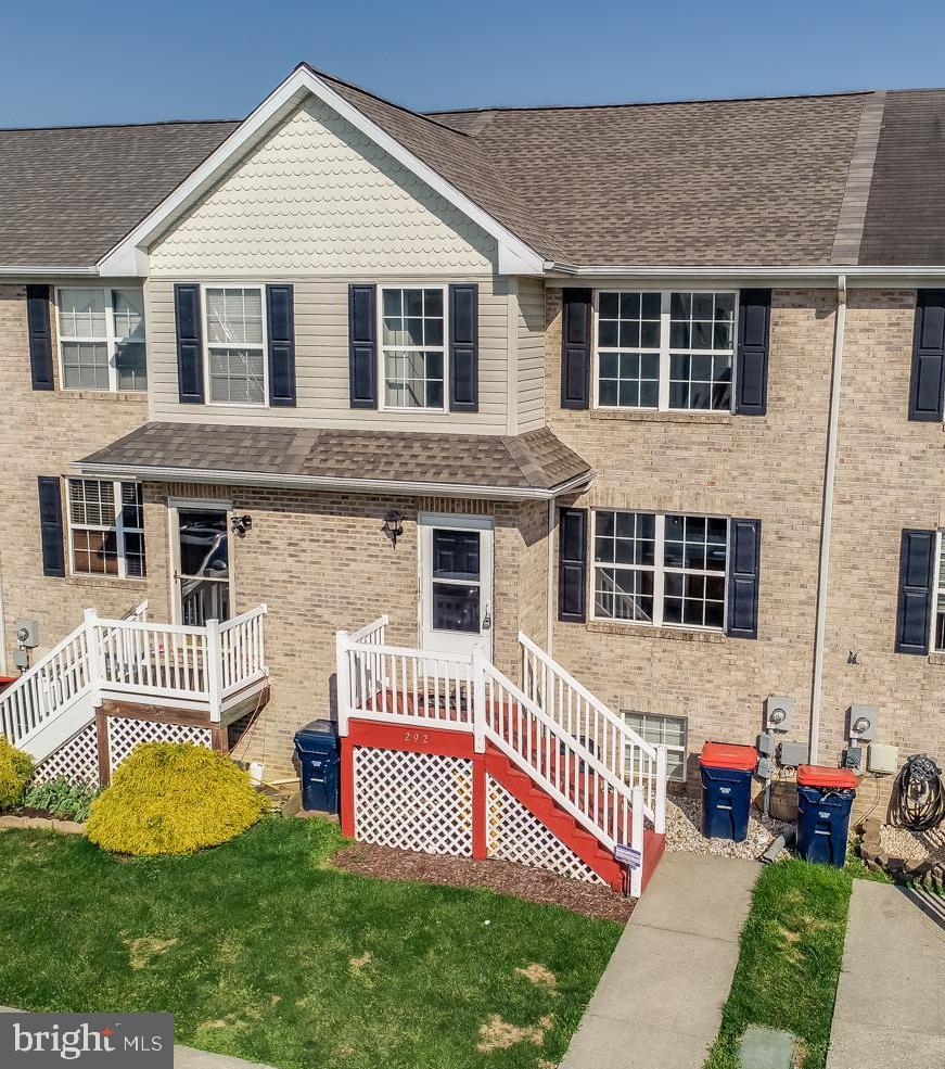 This ABSOLUTELY STUNNING 3 Bedroom 2.5 Bathroom Townhome in the Sought after Community of Middletown