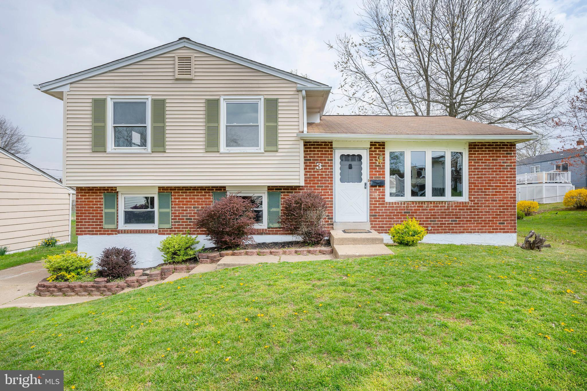 3 Hardy Dr welcomes you! This updated home is ready for new owners! Walk into an open concept living