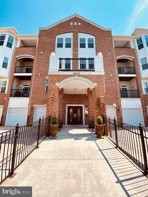 Beautiful 55+, main level, Condo located in Piney Orchard at The Gatherings of Forest Glen offers 2