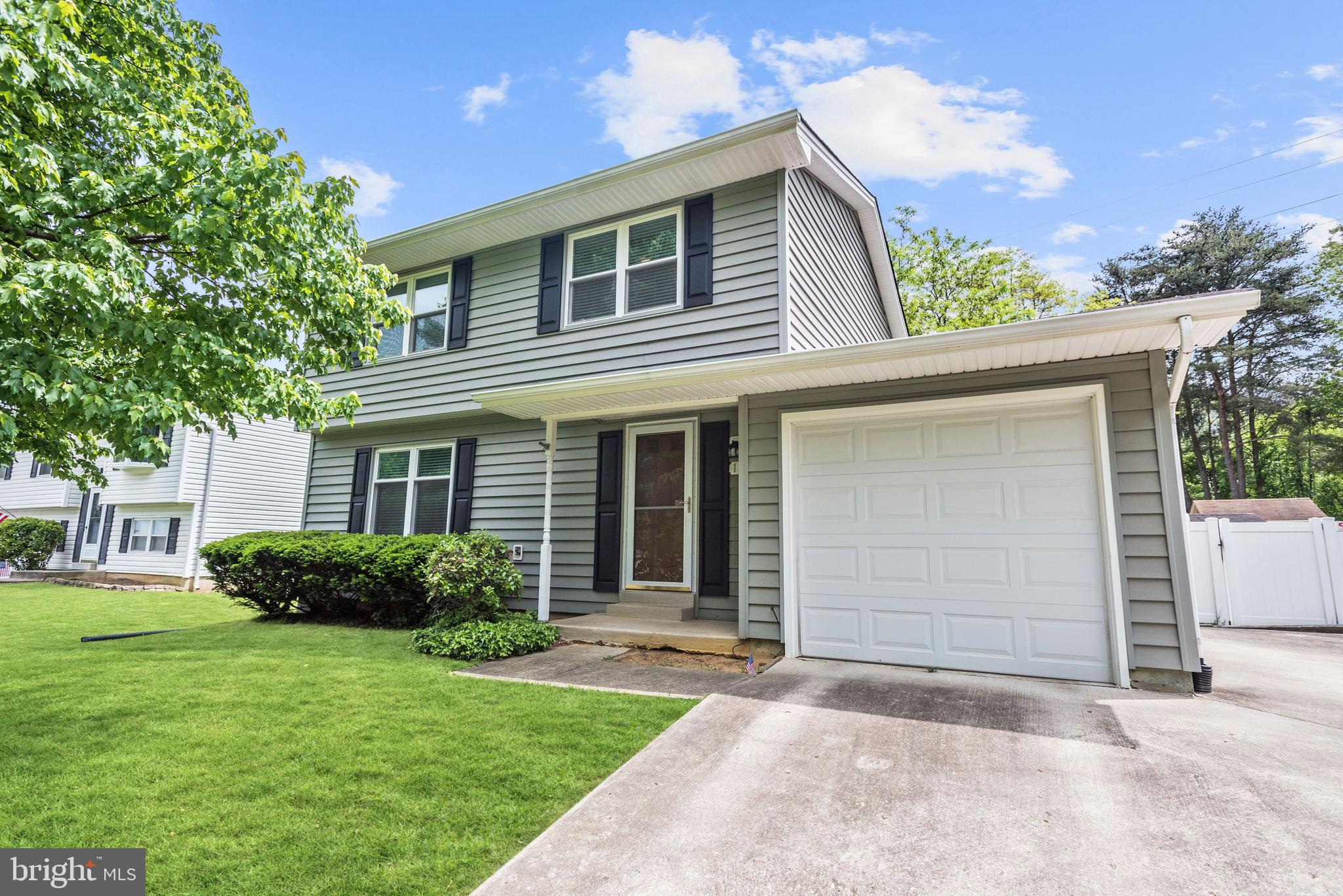 Beautifully maintained colonial style home completely move in ready and awaiting new owners! Gleamin