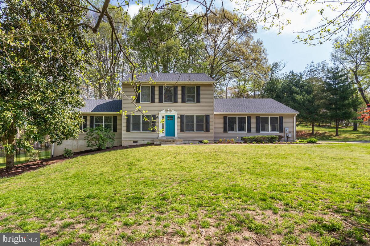 Beautiful  colonial offers 7 bedrooms, 5.5 bathrooms, gourmet kitchen w/ large center island, recess