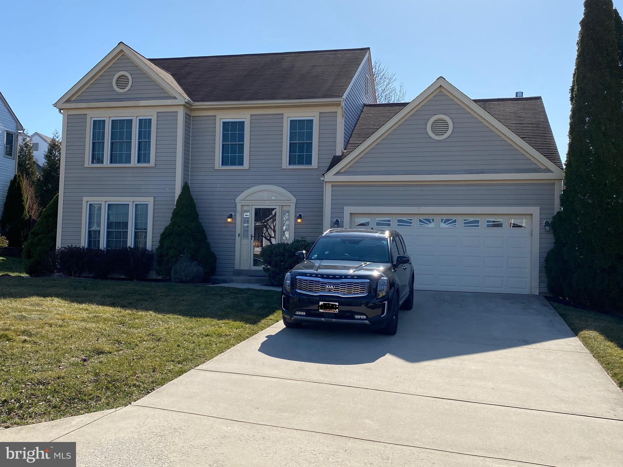 Large 3Bedroom/2.5 Bathroom Colonial Style home located in the sought after Eden Farm subdivision!!