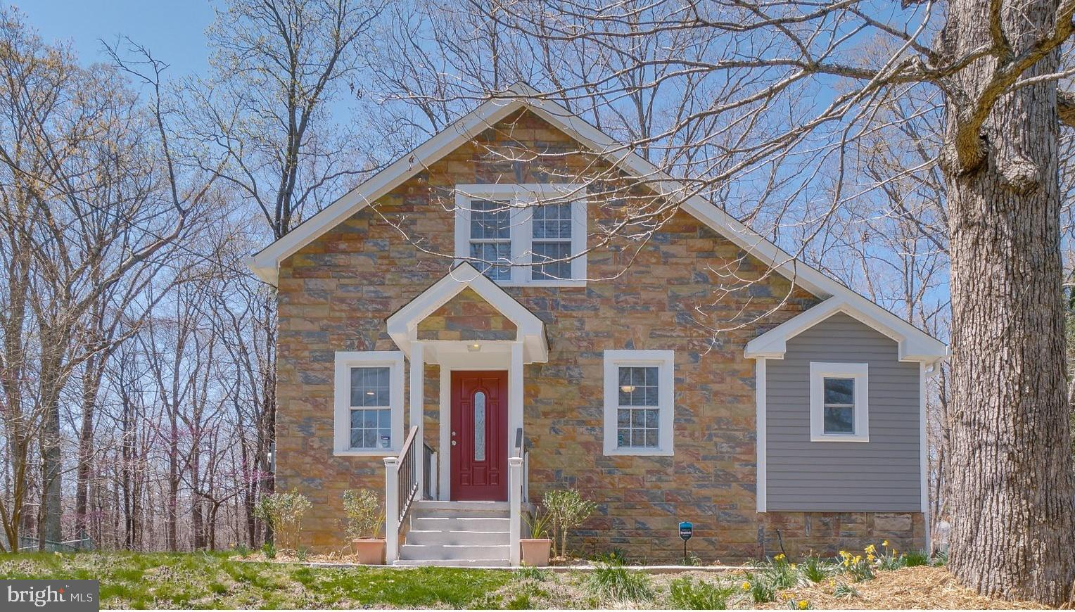 Welcome Home!! Lovely 2 level House in Clinton. Beautiful and fully remodeled house in 2021. Over 2,