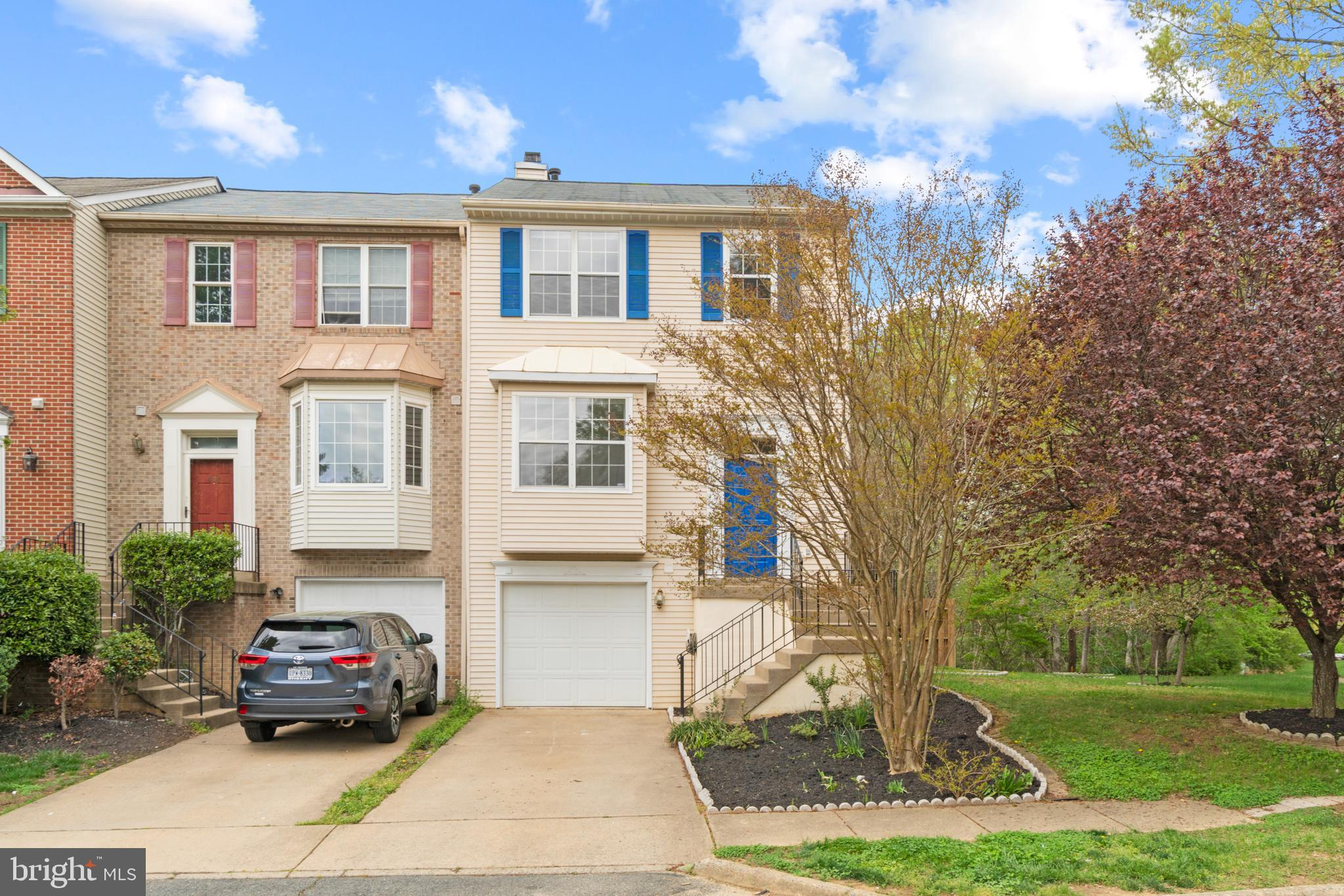 BEAUTIFUL 3 STORY END UNIT TOWNHOME. LOCATION MINUTES AWAY FROM I95 AND THE 17 COMMERICAL DISTRICT.