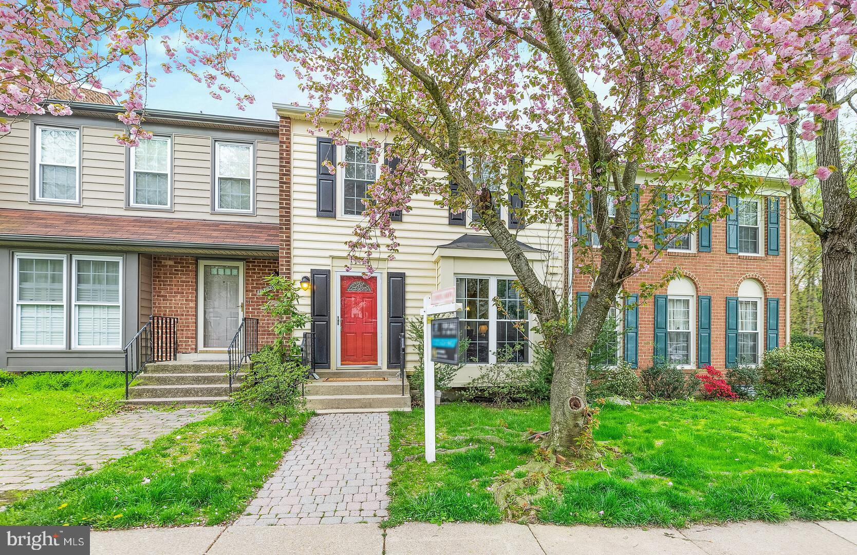 Beautiful move- in ready, 3 bedrooms, 2.5 bathrooms townhome. The kitchen has granite countertops, a