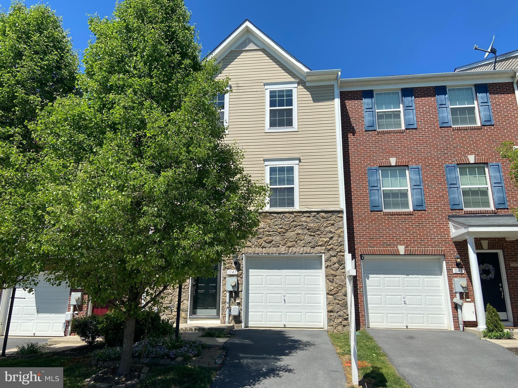 3 LEVEL GARAGE TOWNHOME OFFERS 3 BEDROOMS, 2 FULL AND 2 HALF BATHS. FEATURES FINISHED  WALK OUT LOWE