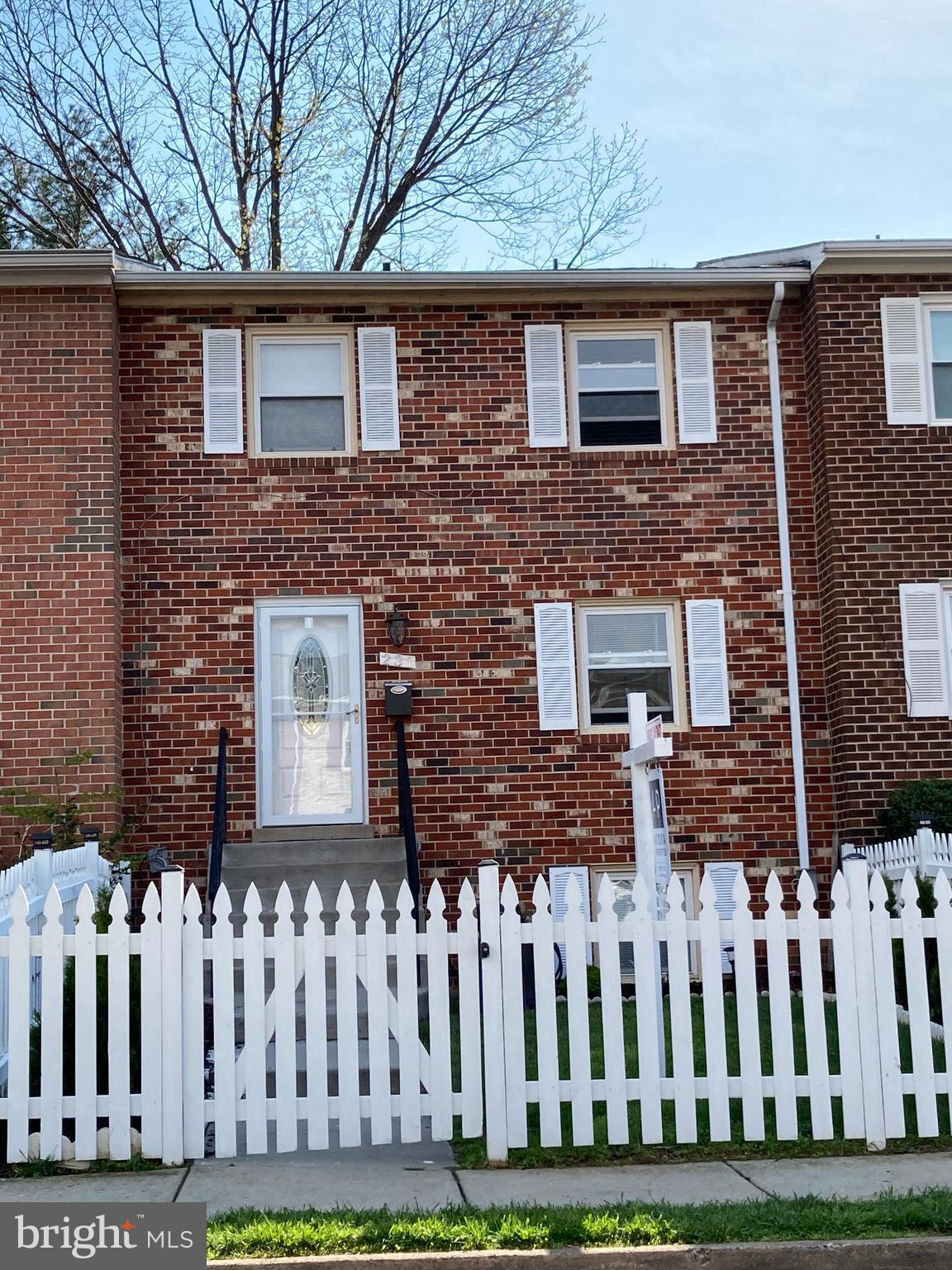Beautiful three-level townhouse in the heart of leesburg with beautiful bamboo hardwood floors, new
