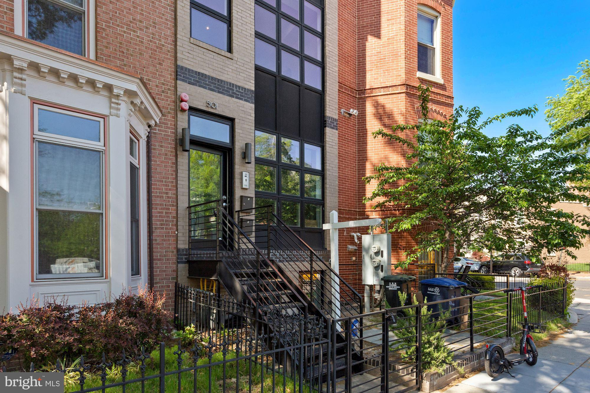 This boutique two-level penthouse condo offers 2 bedrooms, 2.5 baths and is freshly painted. It boas