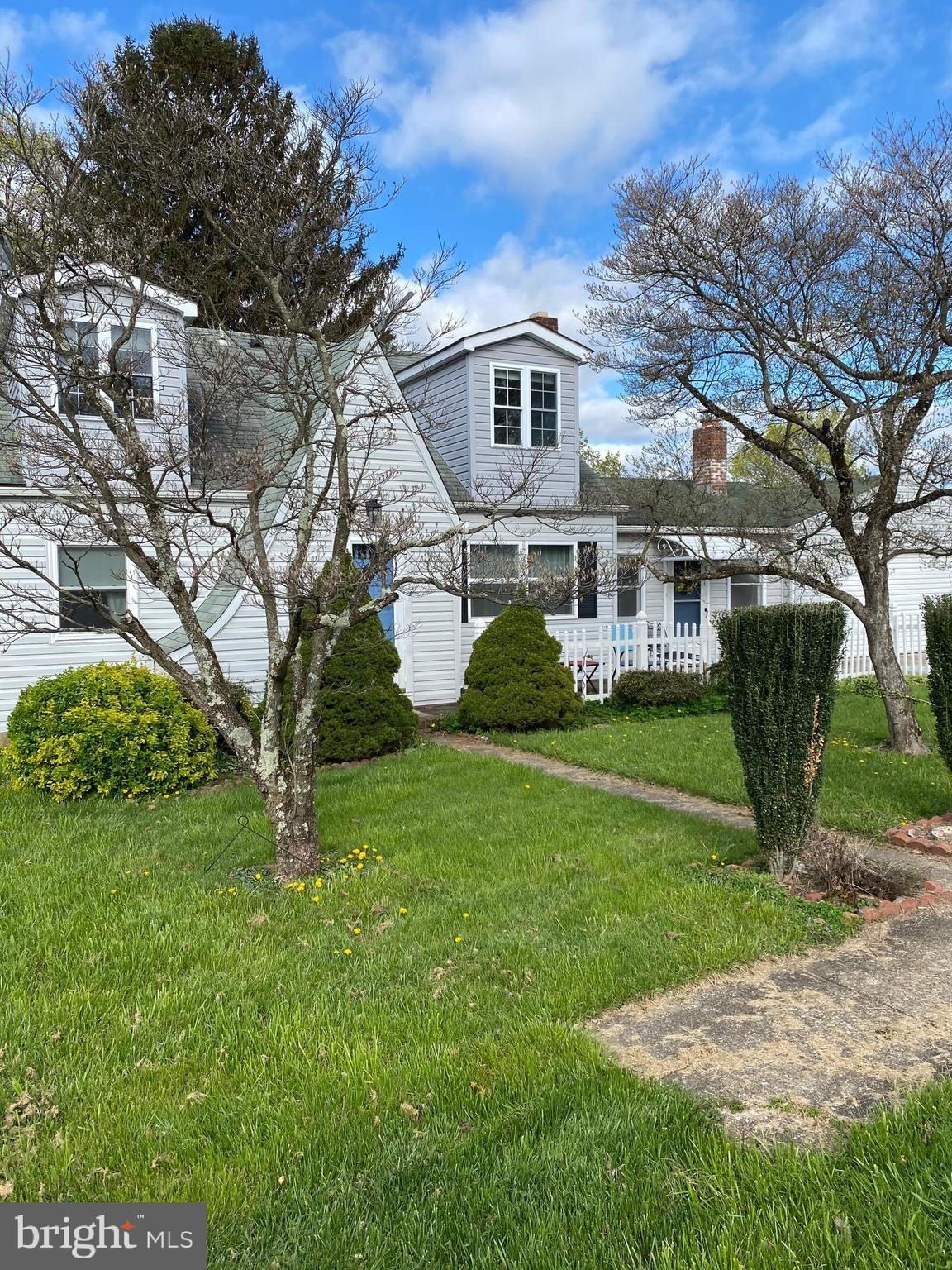 Great opportunity in a quaint neighborhood with easy access to Route 30 in Hampstead.    Family room