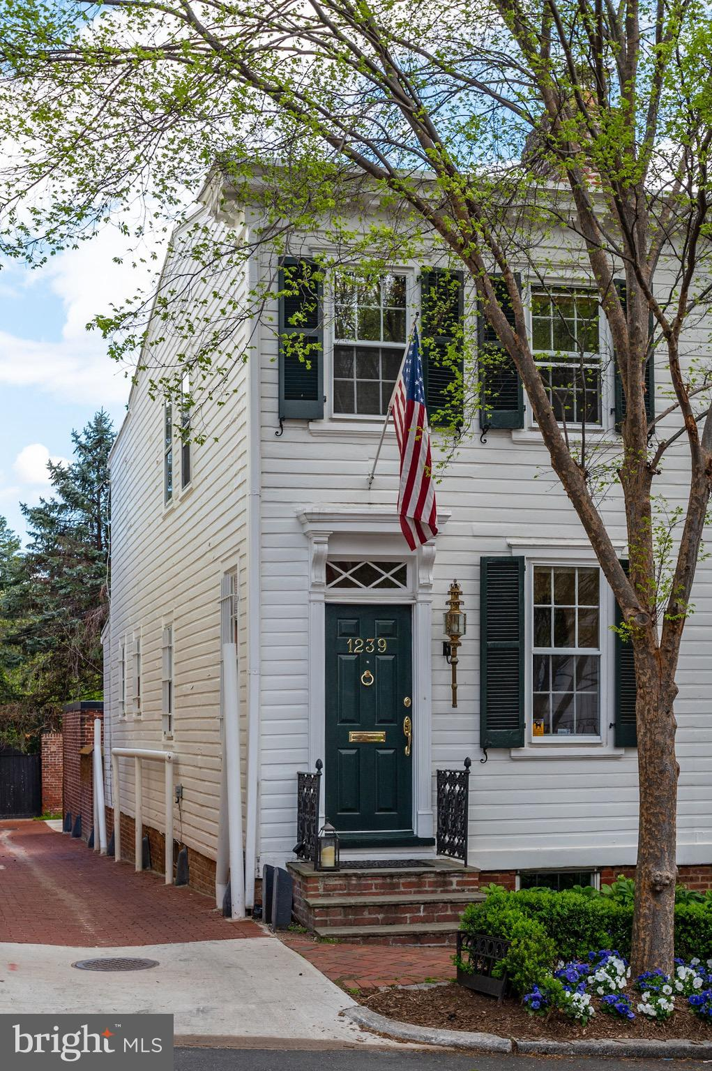 Just steps to all of the restaurants and shops that Georgetown's East Village has to offer, this hom