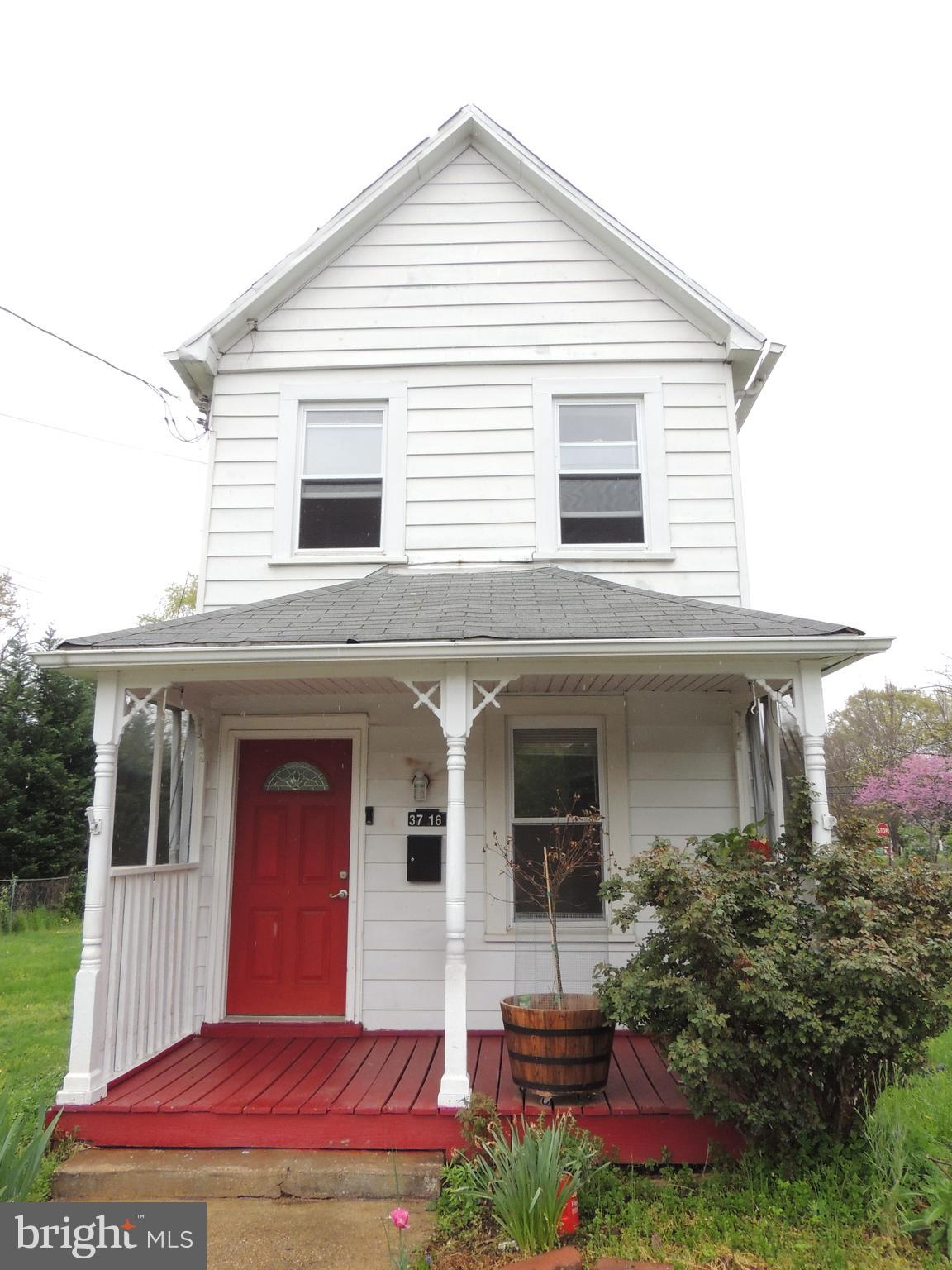 Cozy 2 bedroom,  1 full bath single family  colonial on a large corner lot in Brentwood.  Beautiful