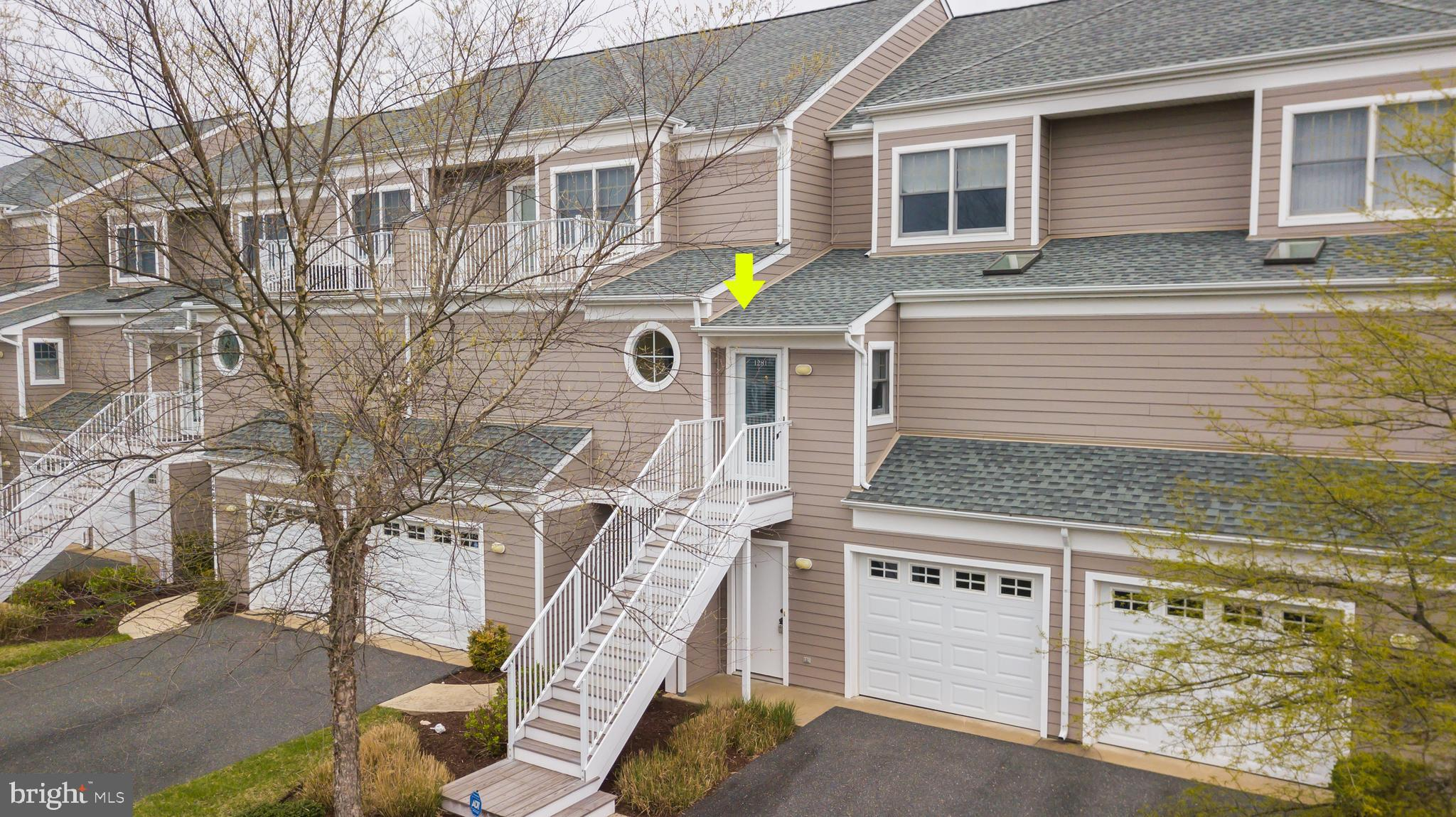 Spectacular Waterfront Views of expansive Pond: This beautiful coastal townhome has 3 bedrooms, 3.5