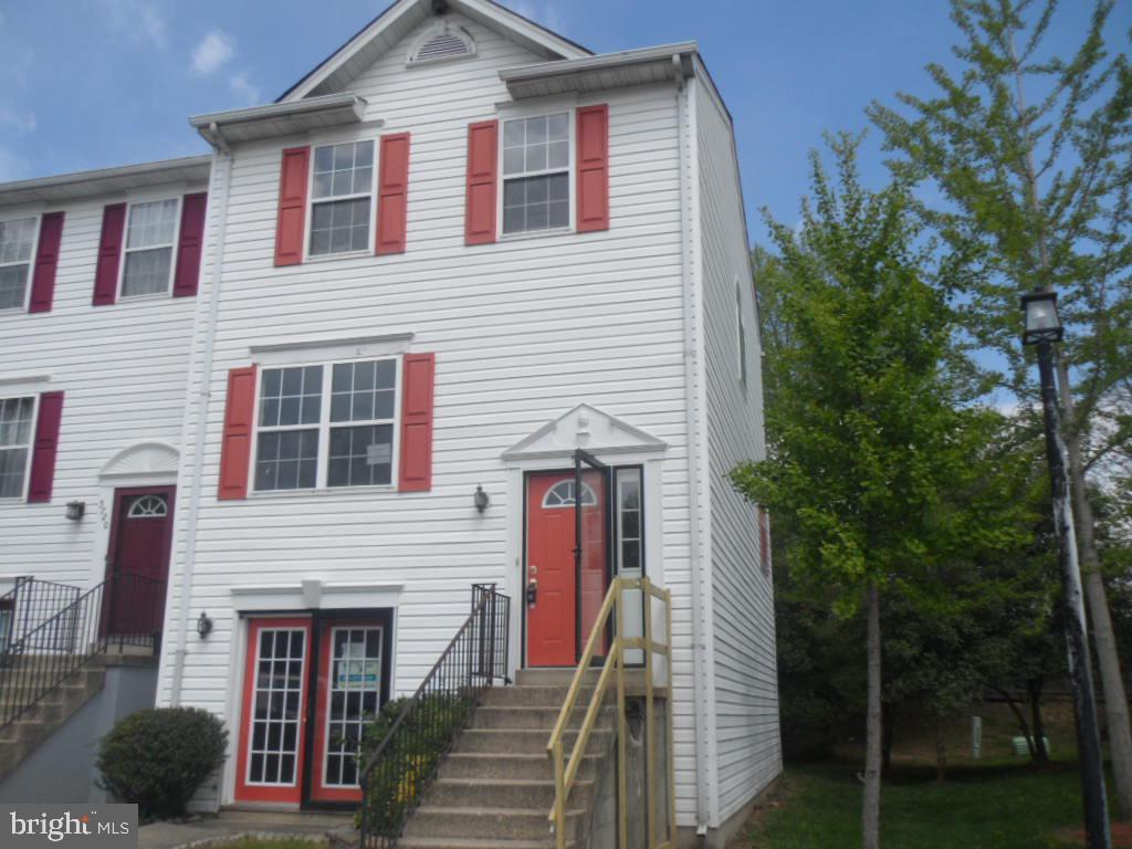 End unit townhome located in Brinkley Park Town. 3 bedrooms and 2.5 bathrooms. Walkout level basemen
