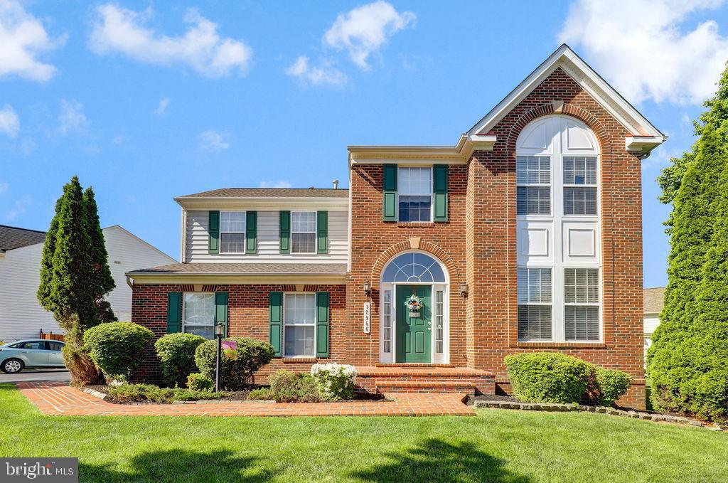 This beautiful 3 story home is ready for you to move in! Gourmet kitchen with granite counters, and
