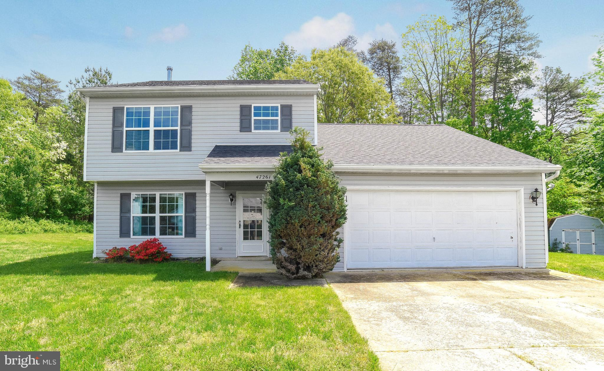This move in ready colonial features 3 bedrooms/2.5 baths on a flag lot just south of NAS PAX River!