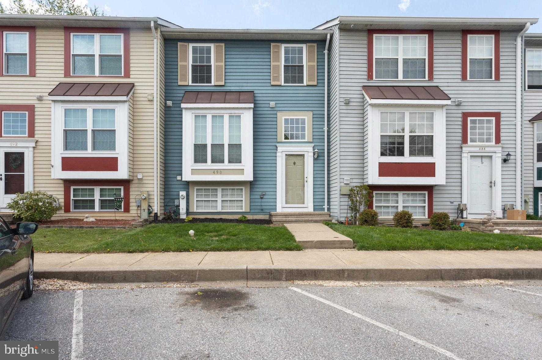 Well-maintained 3 bed, 1.5 bath townhome in a desirable neighborhood. Eat-in kitchen and open floor