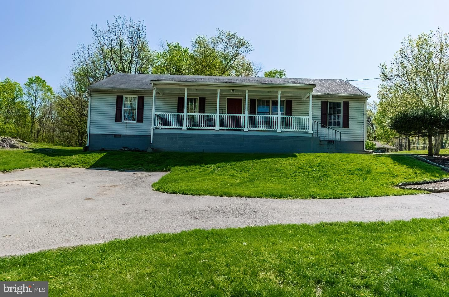 Great Ranch home - Large Living Room, Kitchen/Dining, Large Family Room, 3 Bedrooms and 2 Full Baths