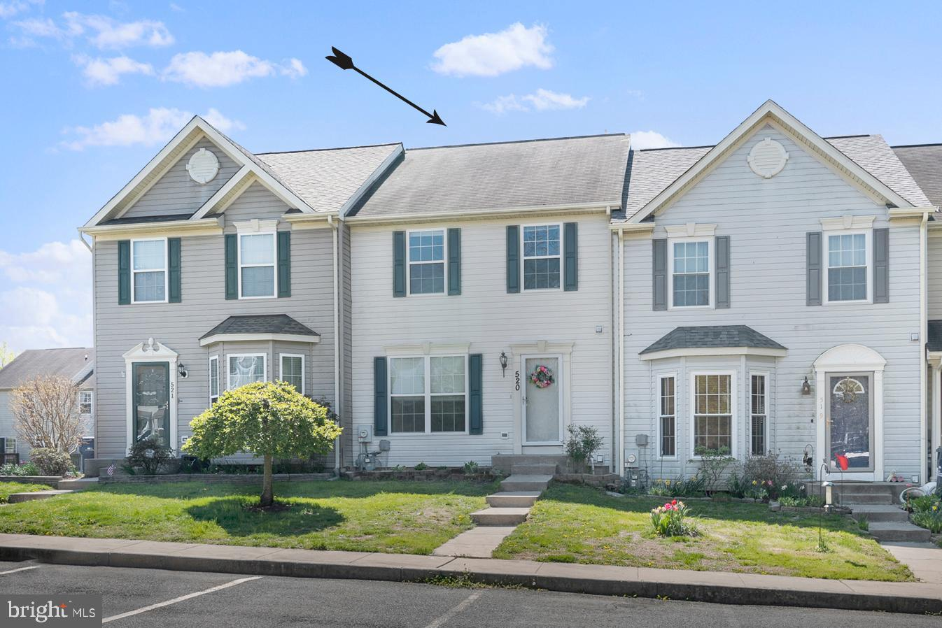 Well maintained townhome in Buttonwoods offering 3 bedrooms and 2.5 bathrooms! Upon entry, you'll be