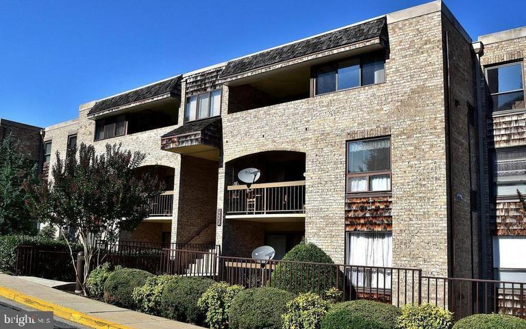 Lovely Large (1,400 sq ft) and Bright Patio 3 Bedroom / 2 Full Bath  unit with  many newer updates,