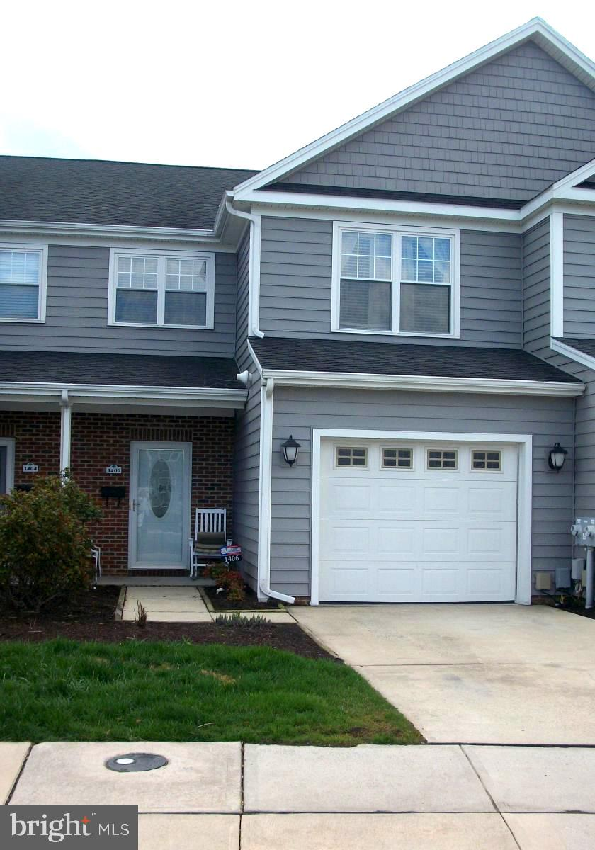 Townhome offering an open & spacious floor plan with 1 car garage located on a cul de sac. This 3 be