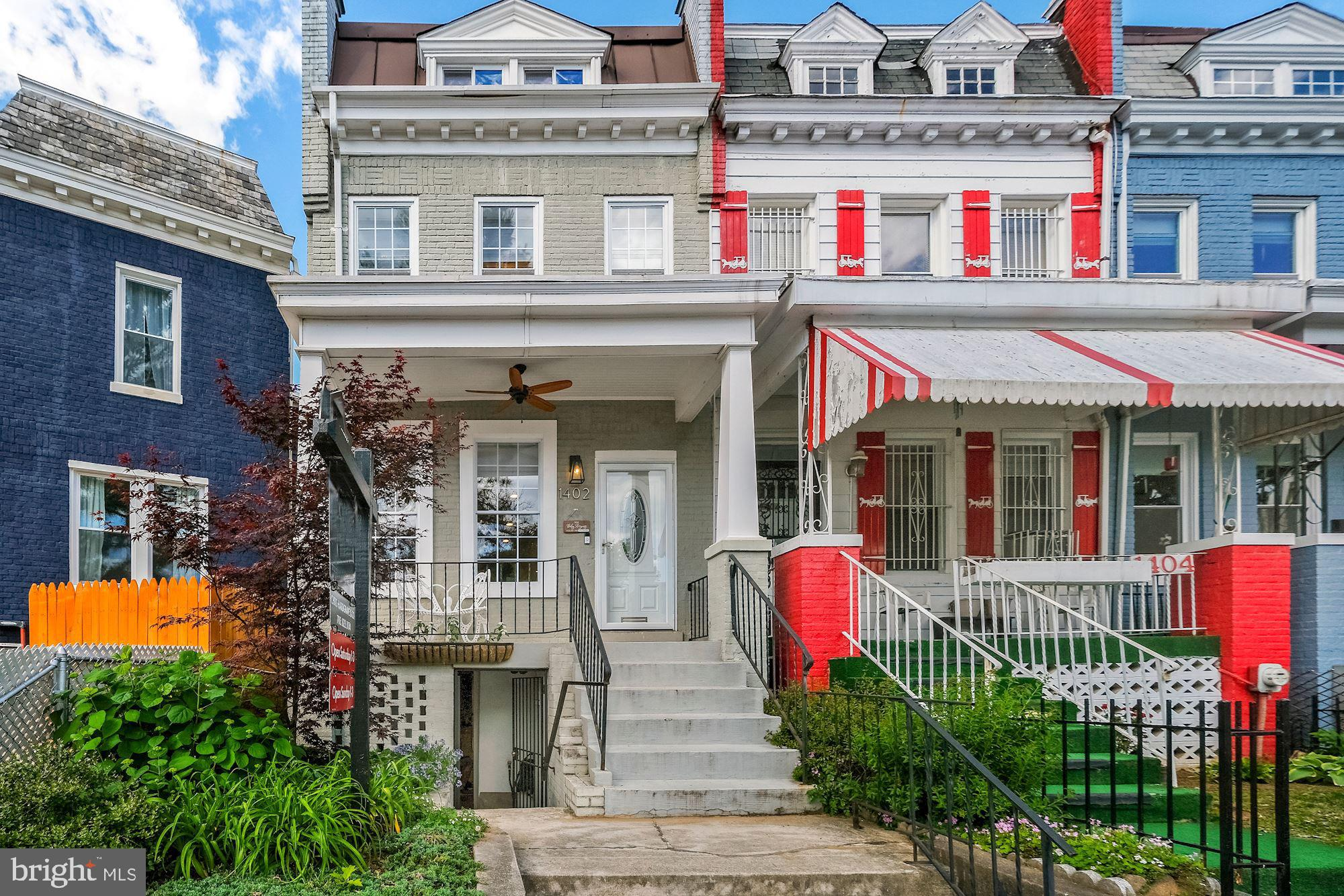 FIRST OPEN SAT/SUN MAY 15 AND 16 FROM 1-3PM!  Just one block off of Lincoln Park, this gorgeous 2,10