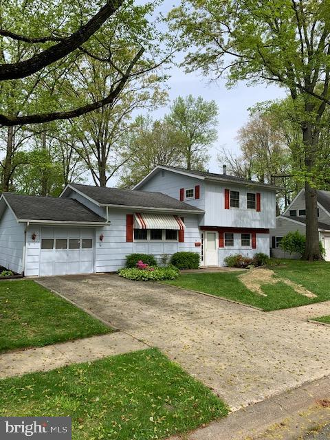This great single family home is located on a beautiful lot in the popular Newark neighborhood of Ro