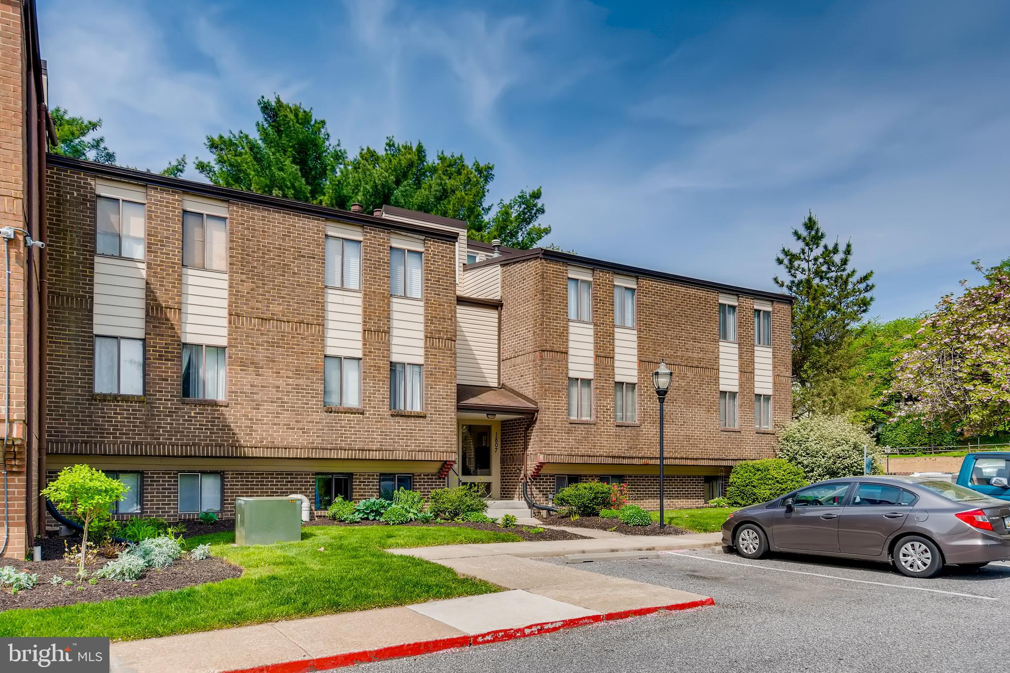Bright, open, and spacious three bedroom condominium featuring  dramatic vaulted and beamed ceilings, stainless and granite kitchen, large balcony, ample closets, W/D hookup, and community pool and tennis. Rockland  Run is a community located in Baltimore County with easy access to 83/695, Quarry Lake, and 500 acre Lake Roland Park.