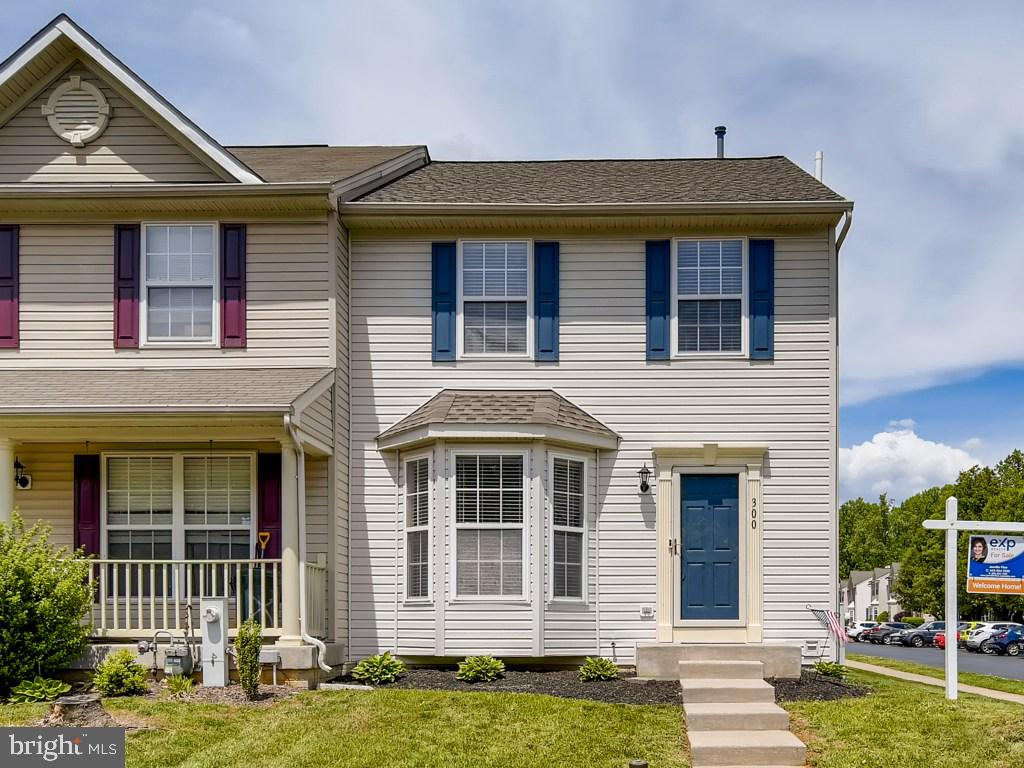 Fabulous 3bdrm, 2.5ba EOG townhome in the convenient and desirable Constant Friendship community. Op