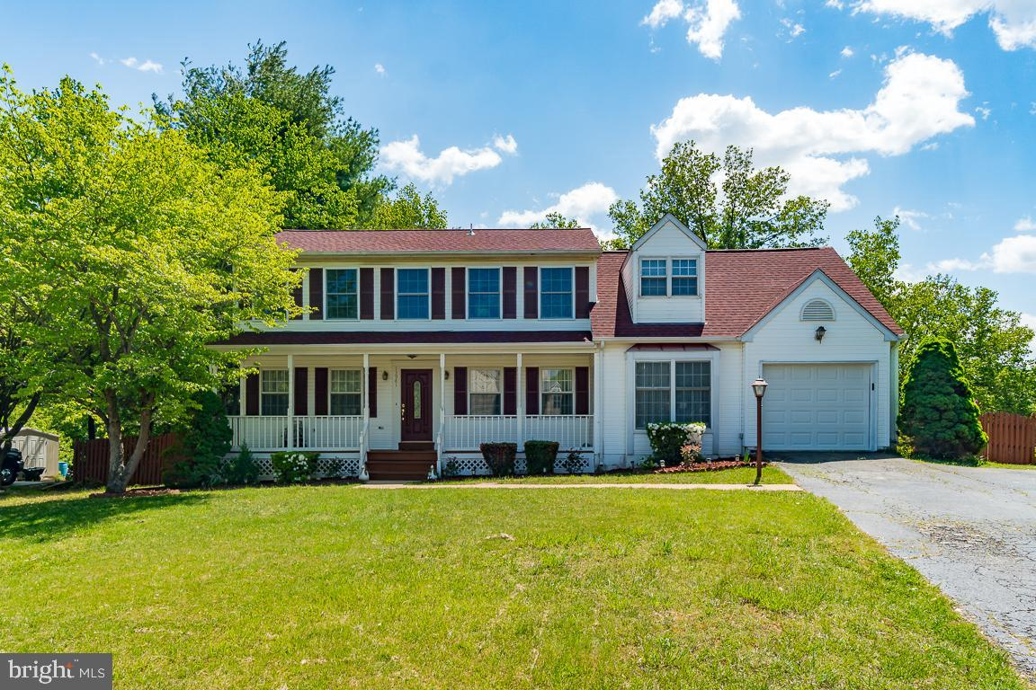Amazing three level colonial home. Located in a nice quiet Dale City area This well kept home offers