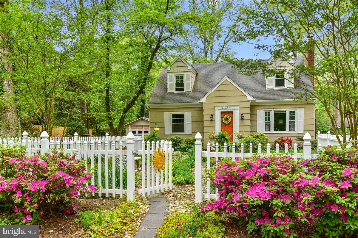 From the moment you walk through the front gate, you feel the ambiance of this charming 1400 SF, 3 b