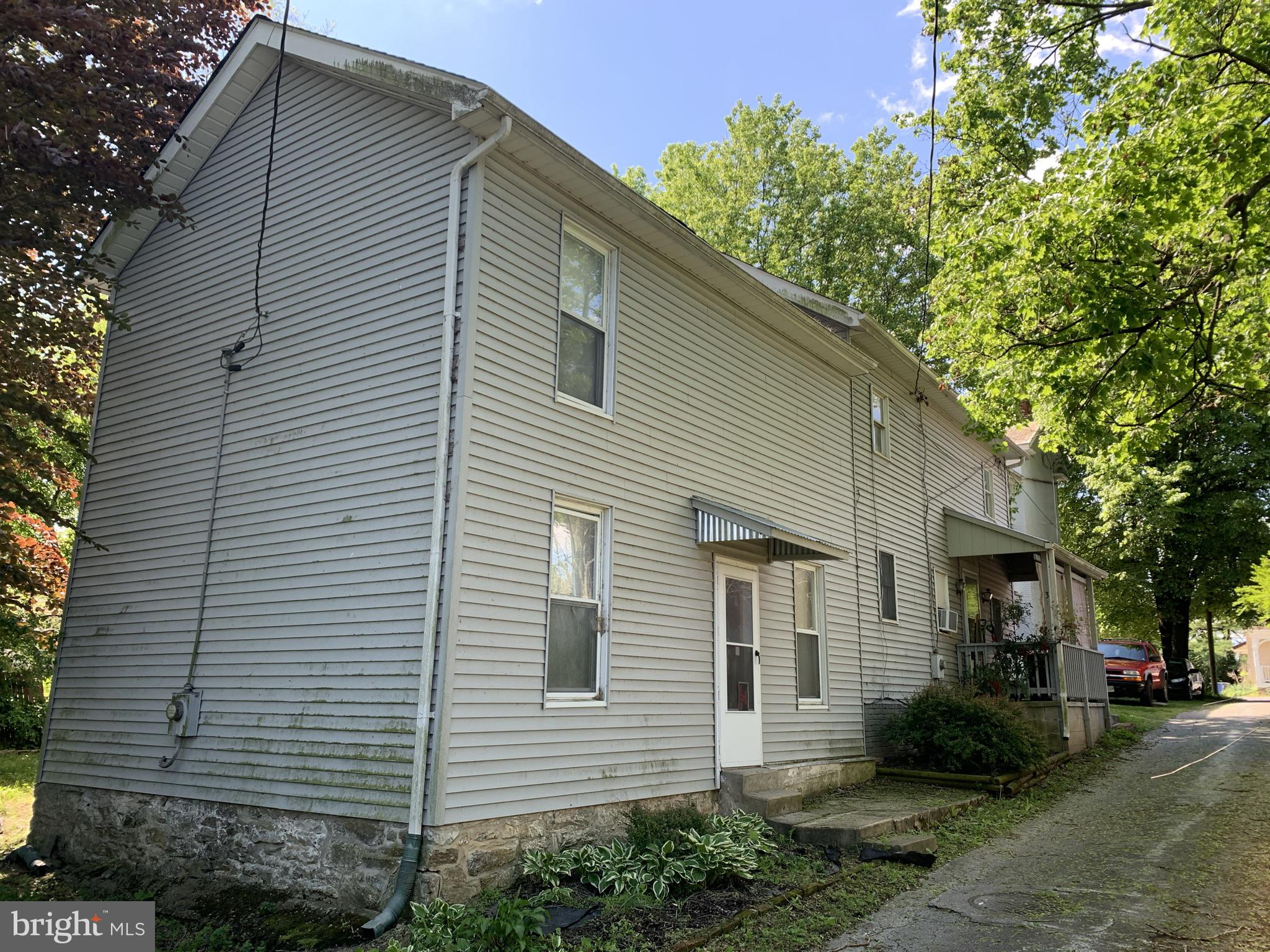 Great opportunity!! live in one, rent the other! Both units both are two bedrooms. Property is not r