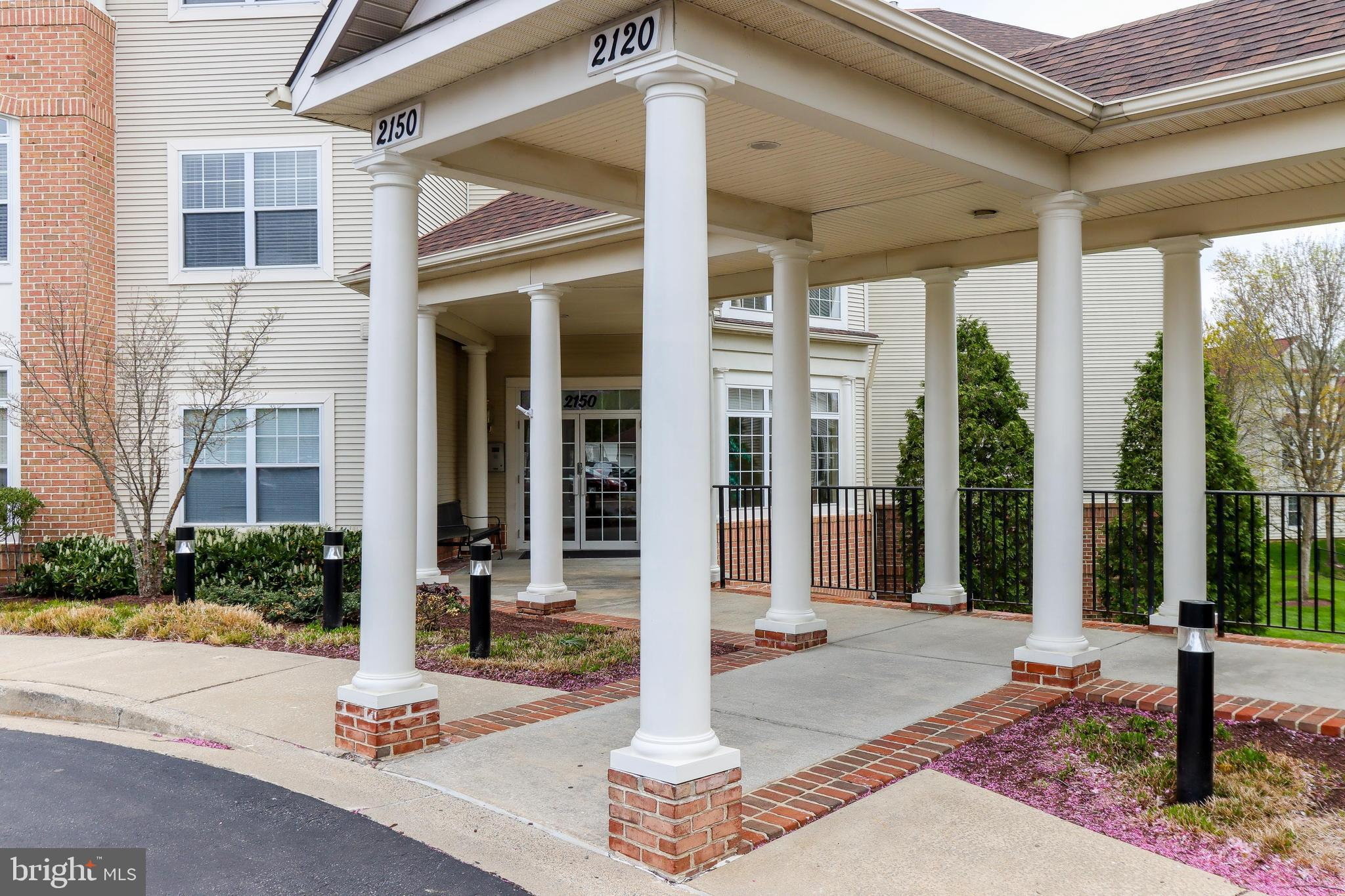 Gorgeous end unit Condo is ready to move into!  One car garage is included in sale!  Open floor plan