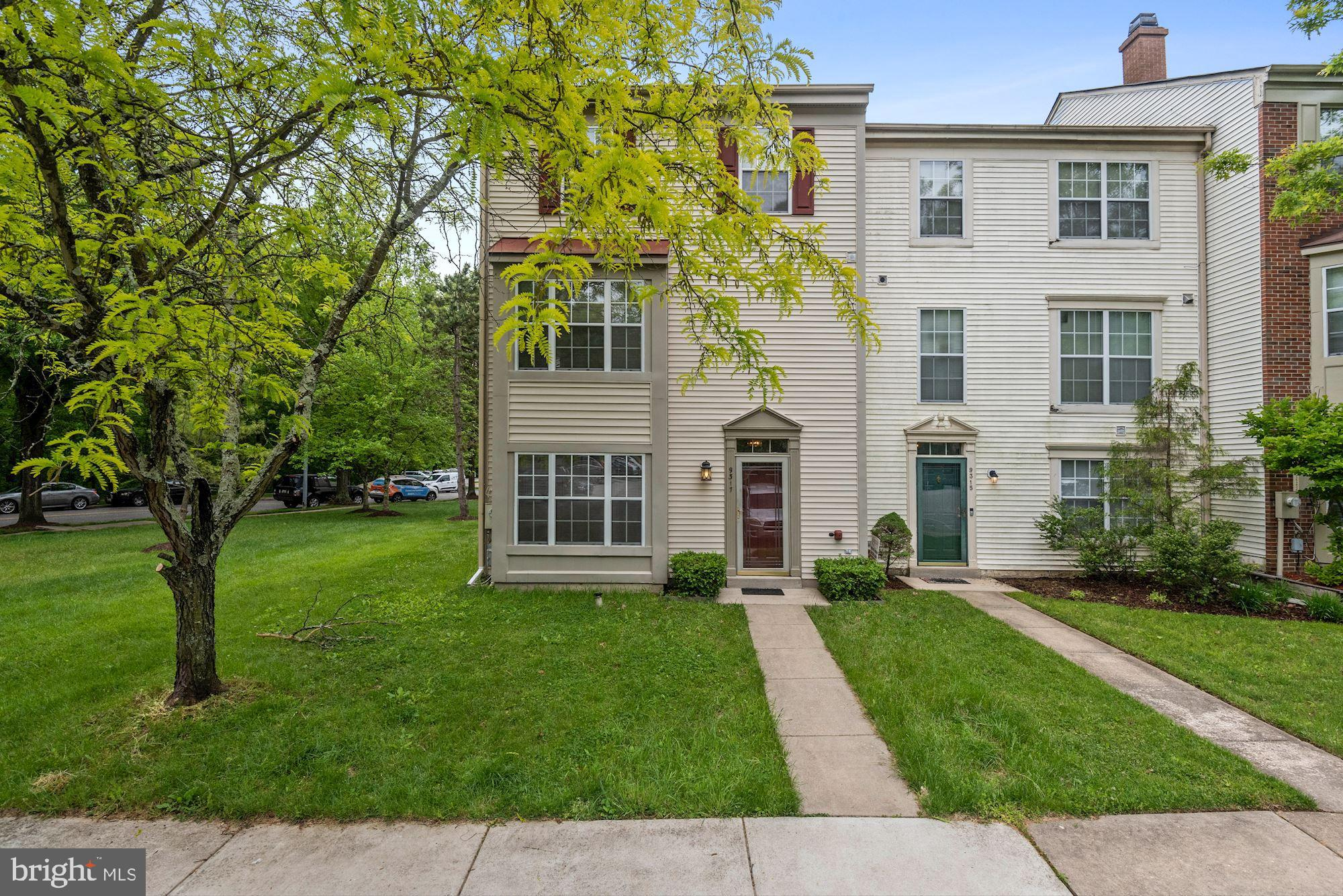 Spacious Montpelier Hills End Unit Townhome !!   This is a wonderfully well kept townhouse is in a s