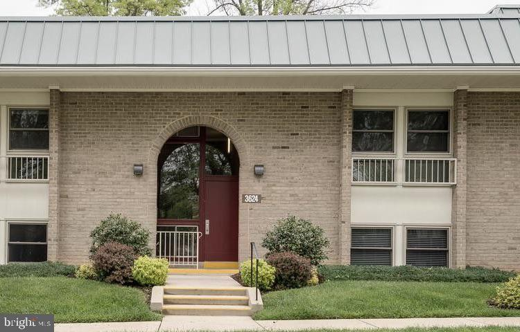 Senior over 55 community.  Spacious 1200 square foot cooperative offers real hardwood floors through