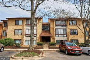 Gorgeous Condo Centrally located! Beautifully remodeled 2 bedroom 2 Bath condo in Oakton.  Upgraded