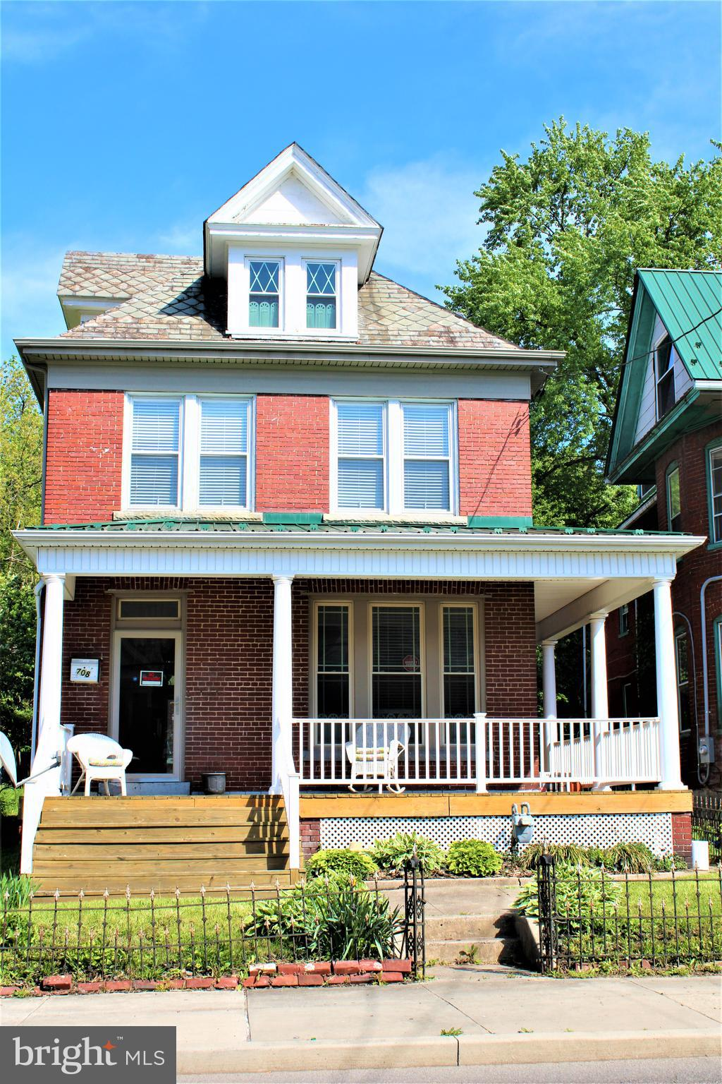 BEAUTIFUL ORNATE WOODWORK - POCKET DOORS  - CRAFTSMANSHIP OF YEARS GONE BY - GAS FIREPLACE - NICE CO