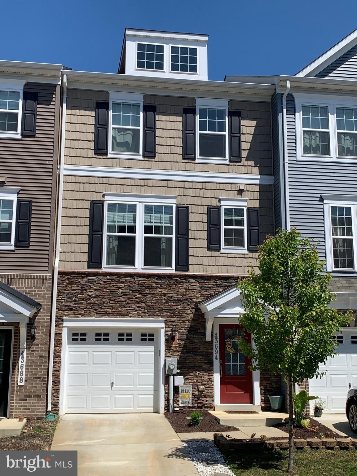 Wonderful townhouse in Evergreen Park close to all the amenities in Wildewood and within walking dis