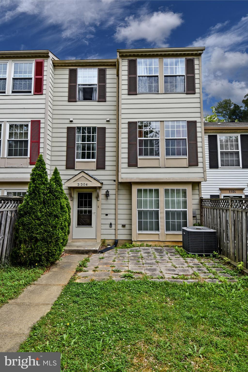MUST SEE!  3 BEDROOM 2.5 FULL BATH TOWNHOME IN SOUGHT OUT GREENCASTLE LAKE COMMUNITY TOTALLING 1,560