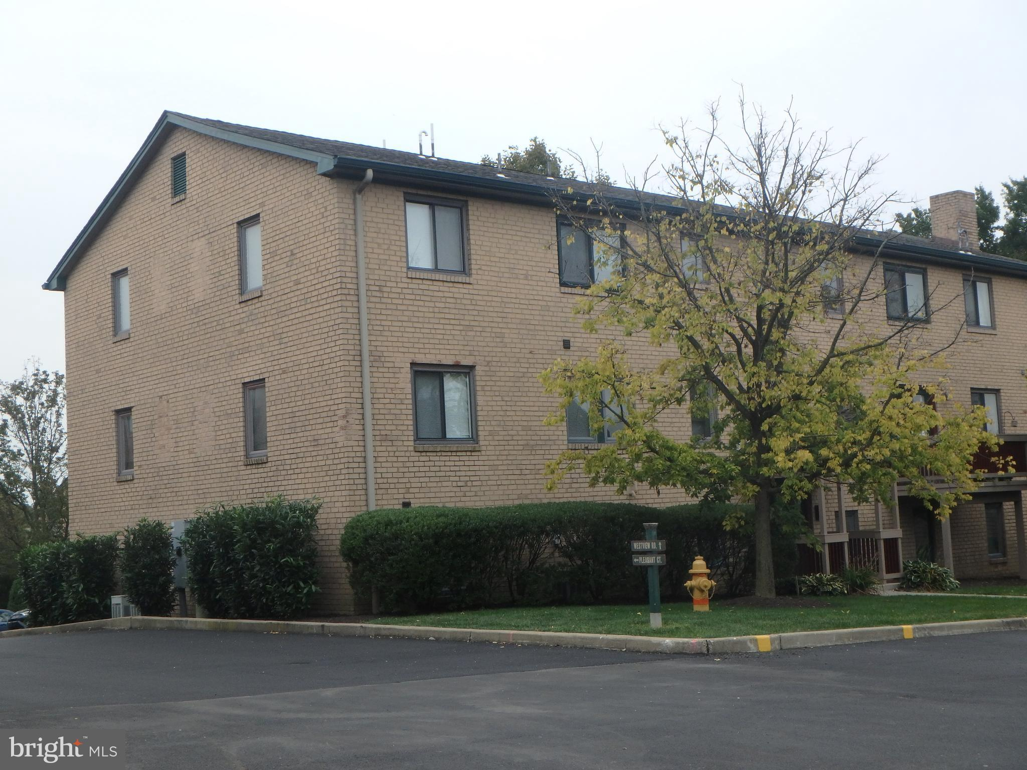 Add this Charming condo to your Tour! Condo is a 1 bed & 1 bath, Includes a kitchen Nook & a Privet