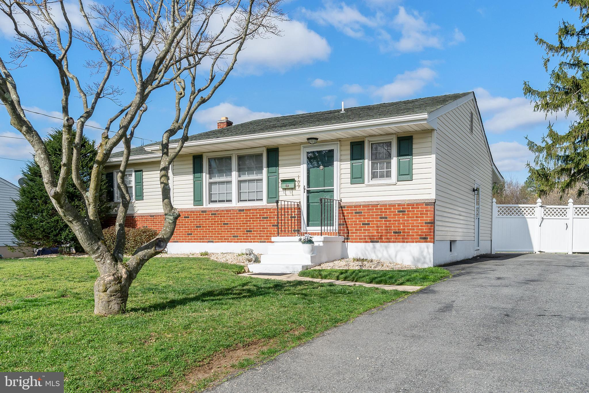 **BACK ON MARKET-CONTRACT FELL THROUGH DUE TO BUYERS INABILITY TO GET FINANCING**SHOWINGS START 5/17