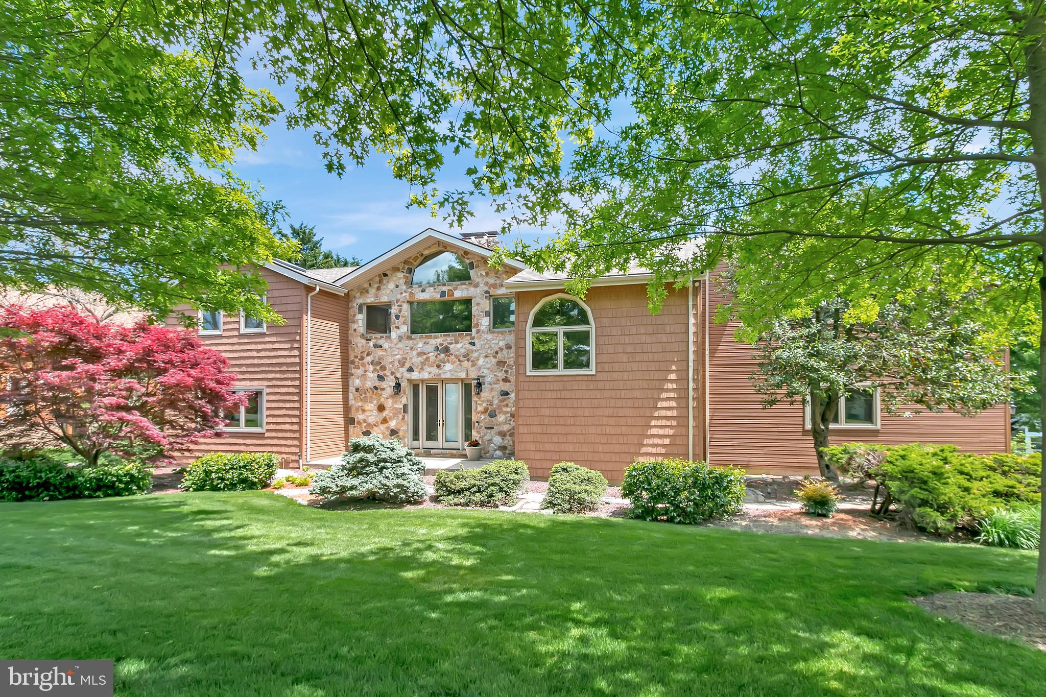 Welcome to  13 Revelstone Drive! This mountain lodge style home is the ultimate find in Delaware. Cu