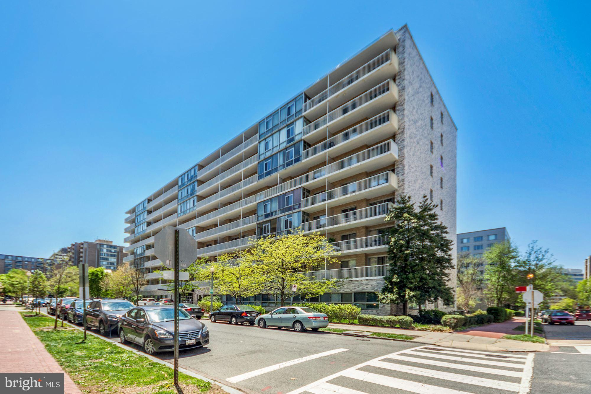 One block to the Foggy Bottom/GWU Metro, this renovated 1 bedroom/1 bath unit is the perfect combina