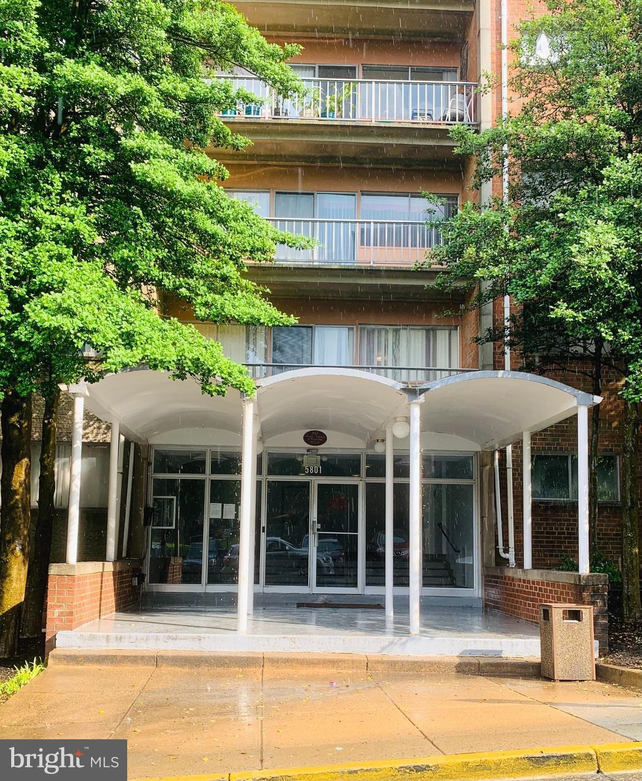 Beautifully kept community with community pool, priced to sell end unit with 1110 SQFT  with 2 beautiful bedrooms  open kitchen space. condo has an Open concept floor plan. Utilities included in Condo fee. Minutes to DC, and metro. Walk to the shopping center in the heart of Alexandria desirable location. Close to the Amazon HQ. (VA Approved)