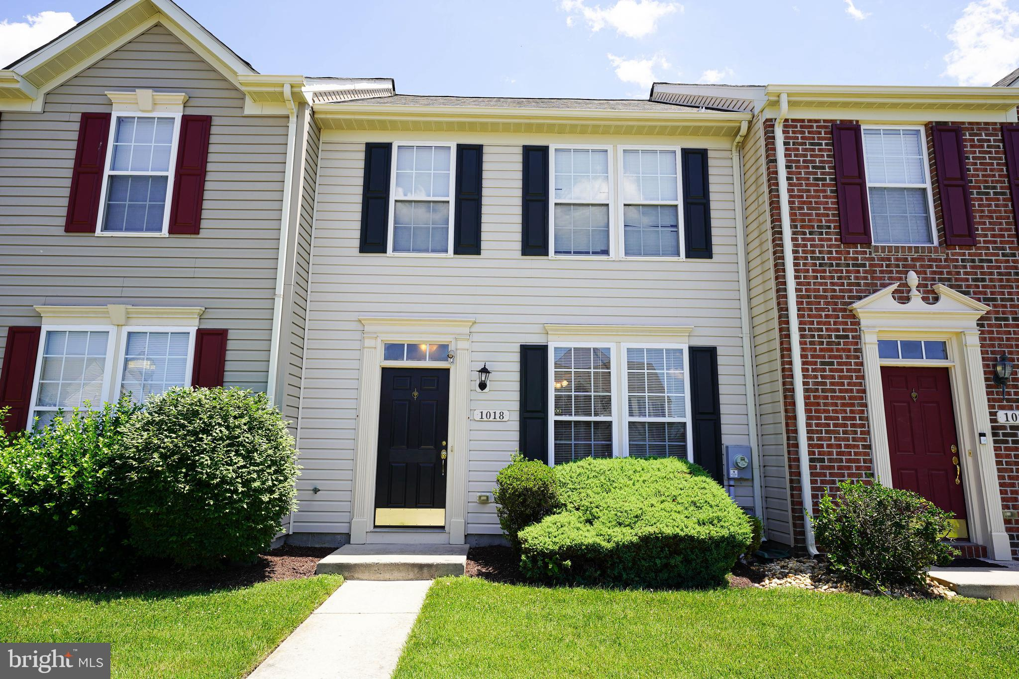Adorable & Affordable 3 bedroom, 2.5 bath townhouse in Merritt Mill Community. Desired location, con