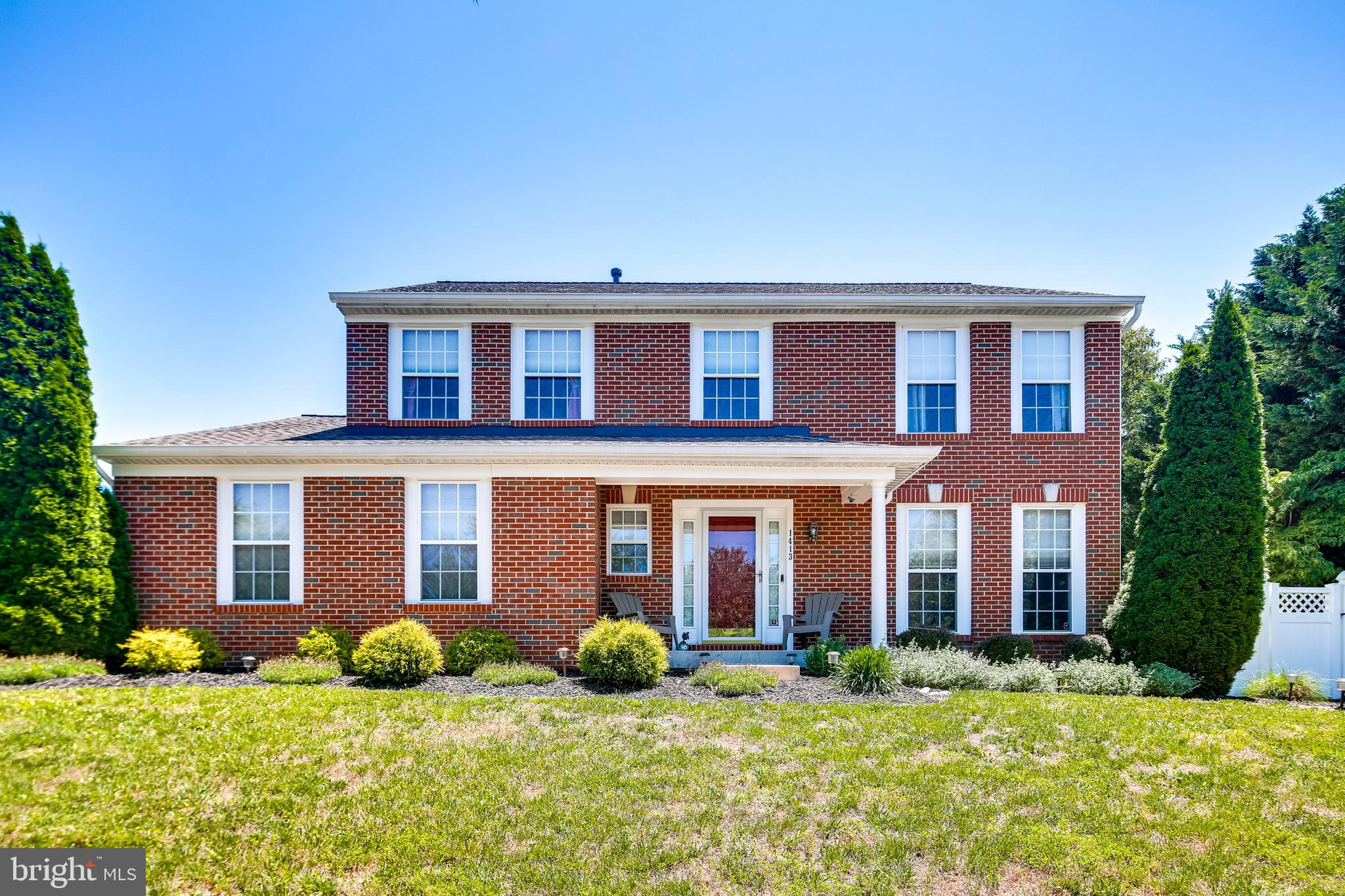 DON'T MISS THIS ONE. FANTASTIC, move-in ready 5-BEDROOM 3.5 BATHS home. Bright kitchen w/ HW floors,