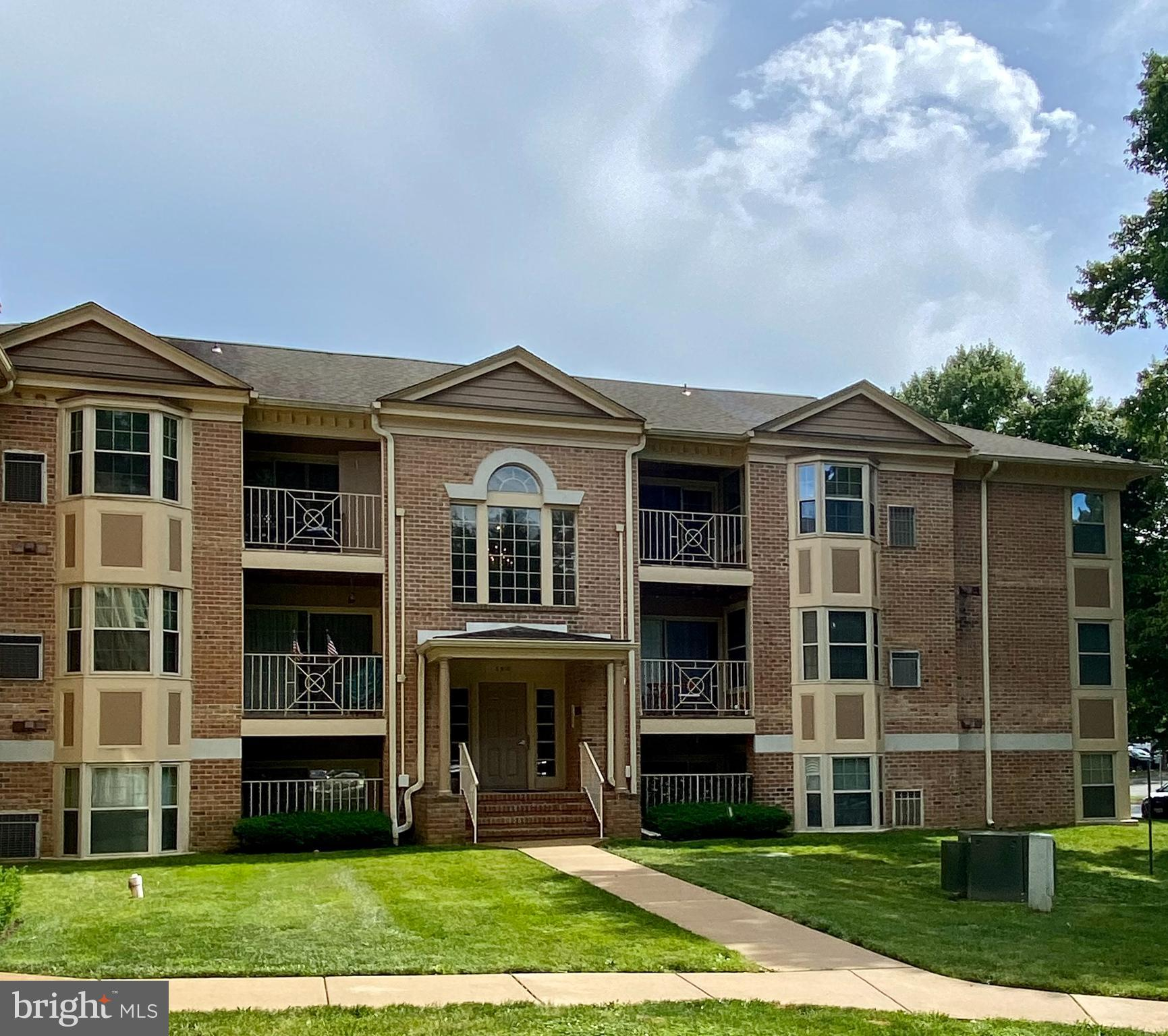 Charming penthouse condo in The Pointe with 2 bedrooms, large den, and 2 bathrooms.  This home featu