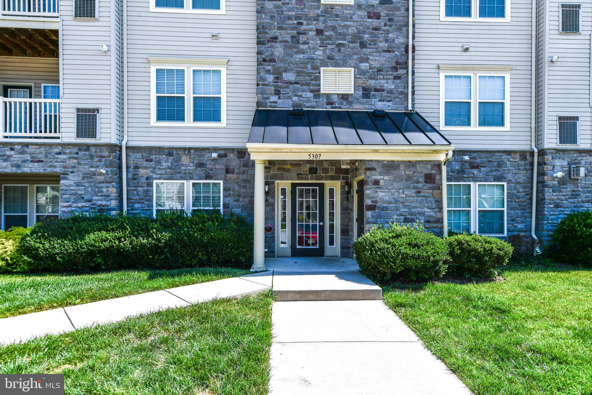 MOVE IN READY! THIS BEAUTIFUL 2 BEDROOM, 2 BATH CONDO W/STUDY, HARDWOOD FLOORS IN STUDY/LIBRARY, FOY