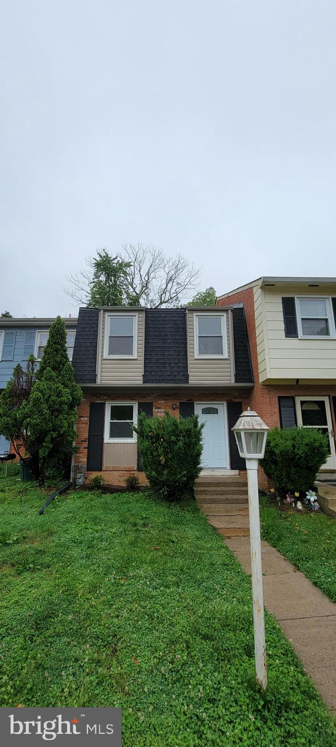Wonderful townhome right in the beginning of Dale City.  A very cozy neighborhood nestled in a woode